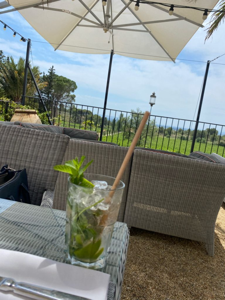 En fin de journée, nous allons dans un magnifique lieu boire un verre.